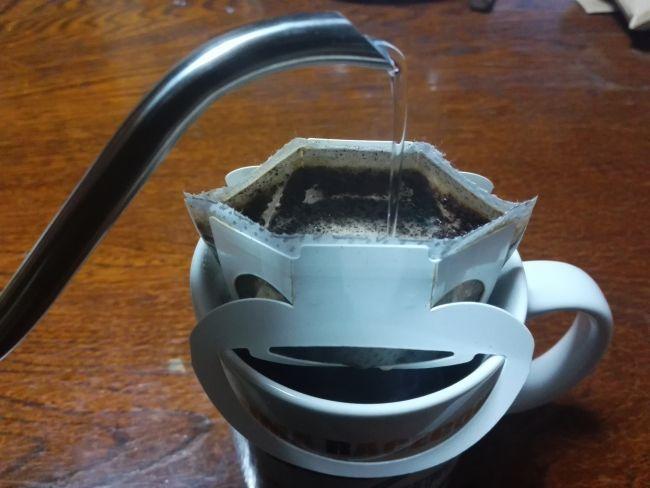喜多珈琲,お湯を注ぐ様子