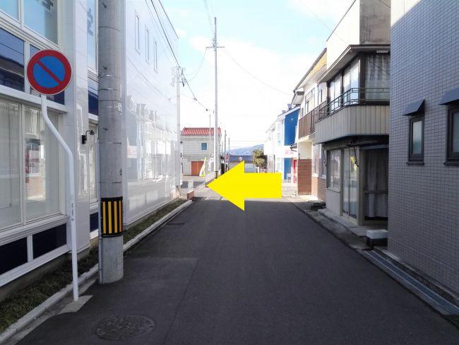 駐車場に入る道路の画像